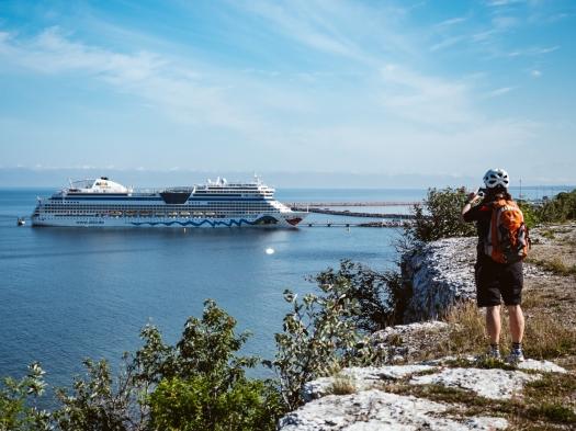 AIDAsol in Visby von den Klippen fotografiert