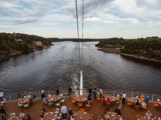 Enge Durchfahrt mit der AIDAsol durch die schwedischen Schären vor Stockholm