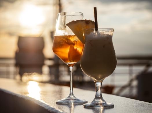 Zwei Cocktails im Gegenlicht