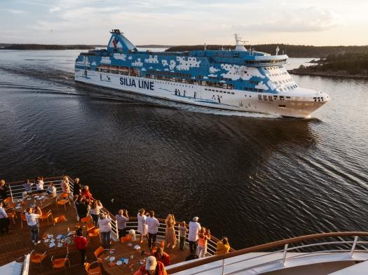 Die Silja Line überholt die AIDAsol in den Schären