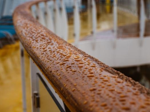 Regentropfen auf dem Handlauf
