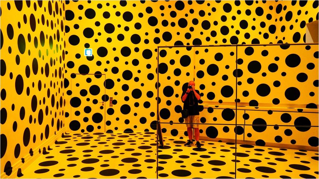 Gelber Raum mit Punkten und Spiegel