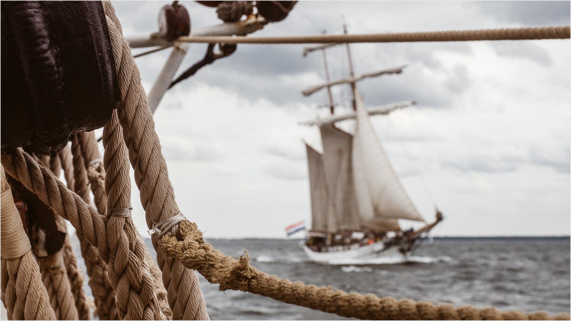 Blick vom Segelschiff Morgenster auf die begleitende Tolkien