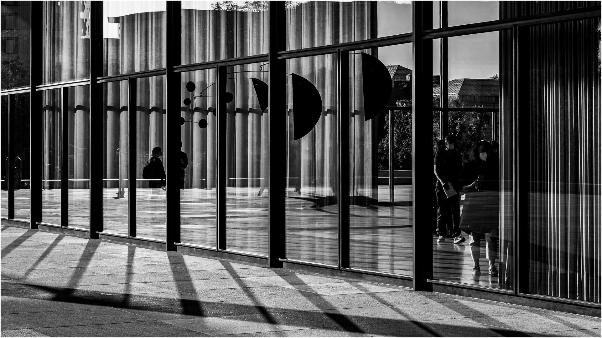 Blick durchs Fenster der neuen Nationalgalerie