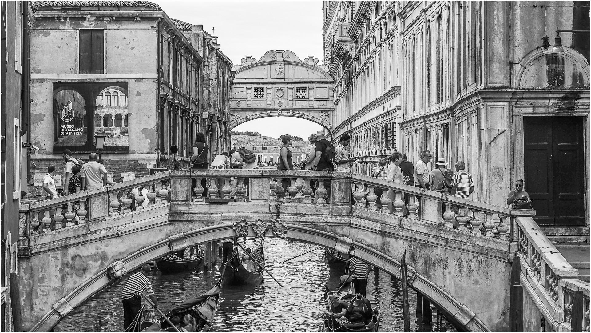 Brücke in Venedig, im Hintergrund die Seufzerbrücke