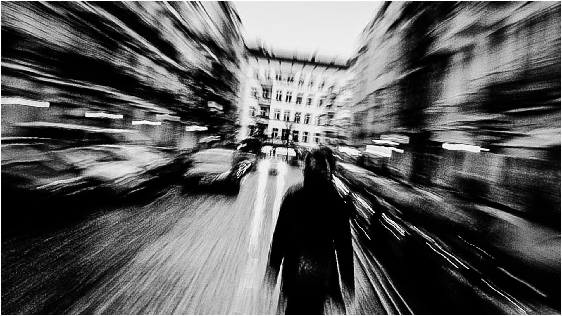 Zoomfoto einer Straße mit Person im Vordergrund