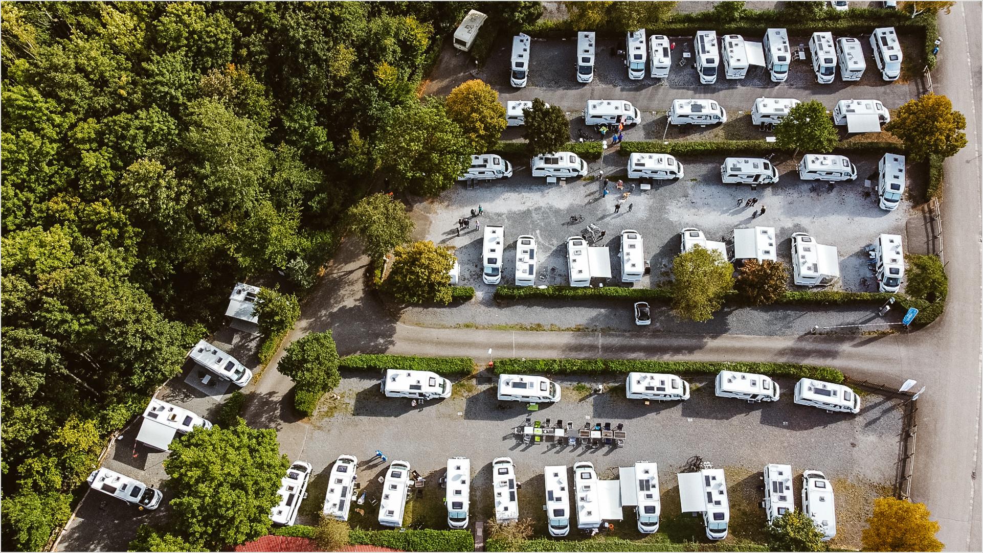 50 Hobby Wohnmobile auf einem Stellplatz aus der Luft aufgenommen