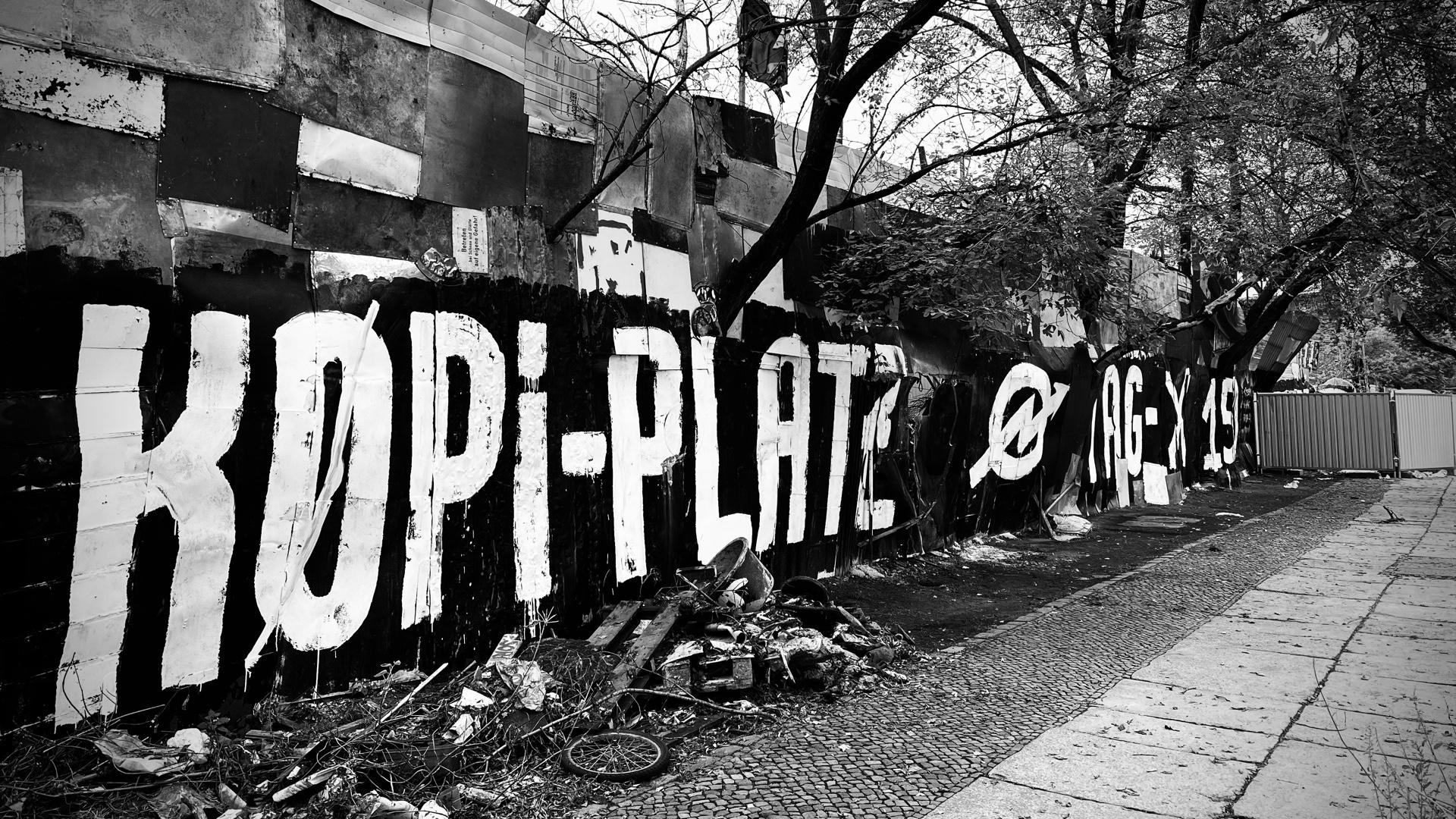 Zaun am Gelände der Köpi Wagenburg in Berlin