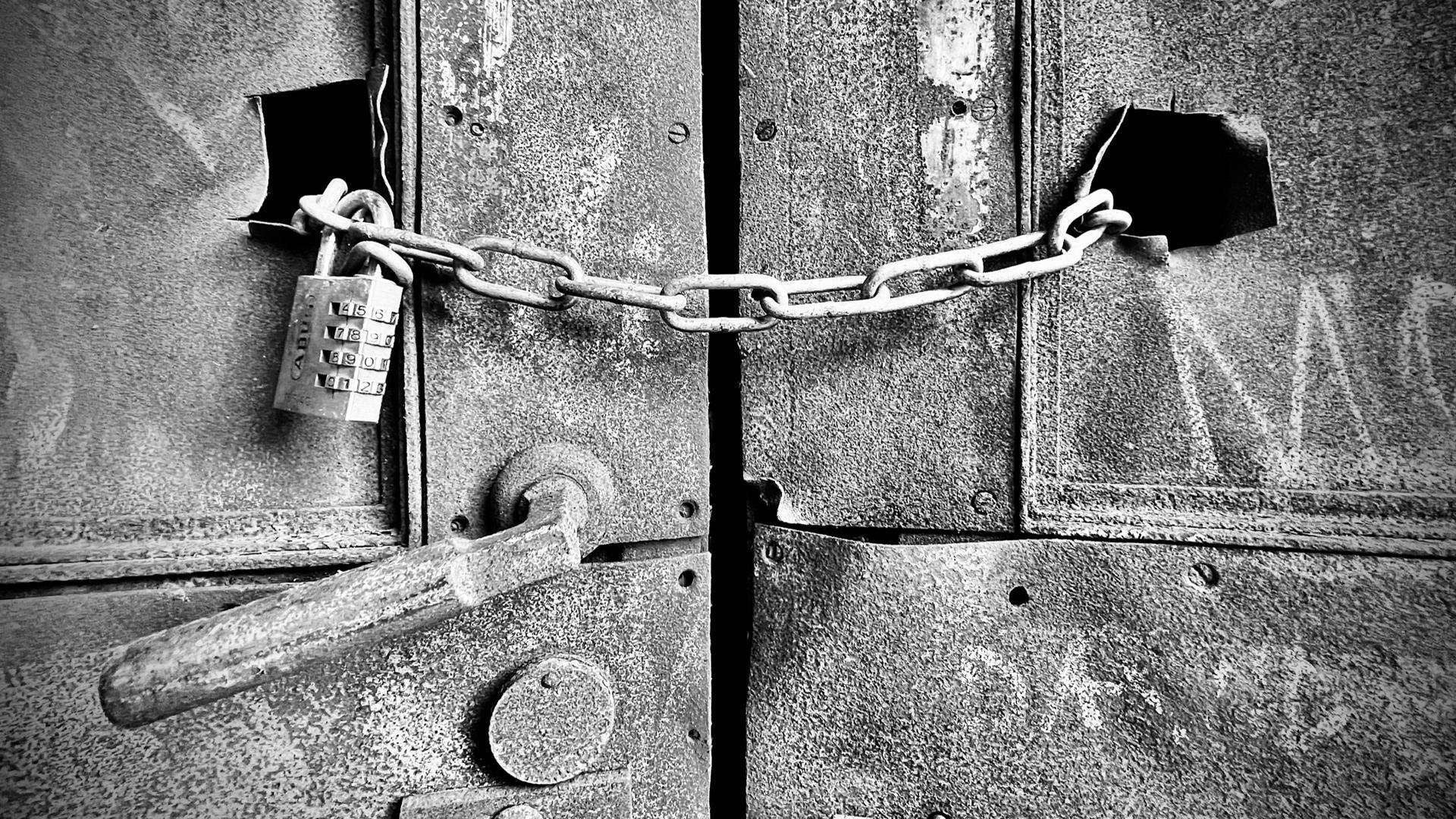 Eine Tür mit einem Schloss zusätzlich verschlossen